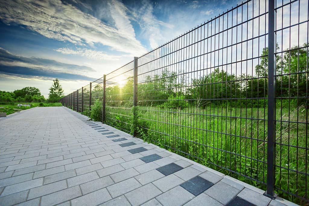 Właściwości paneli ogrodzeniowych sportowych